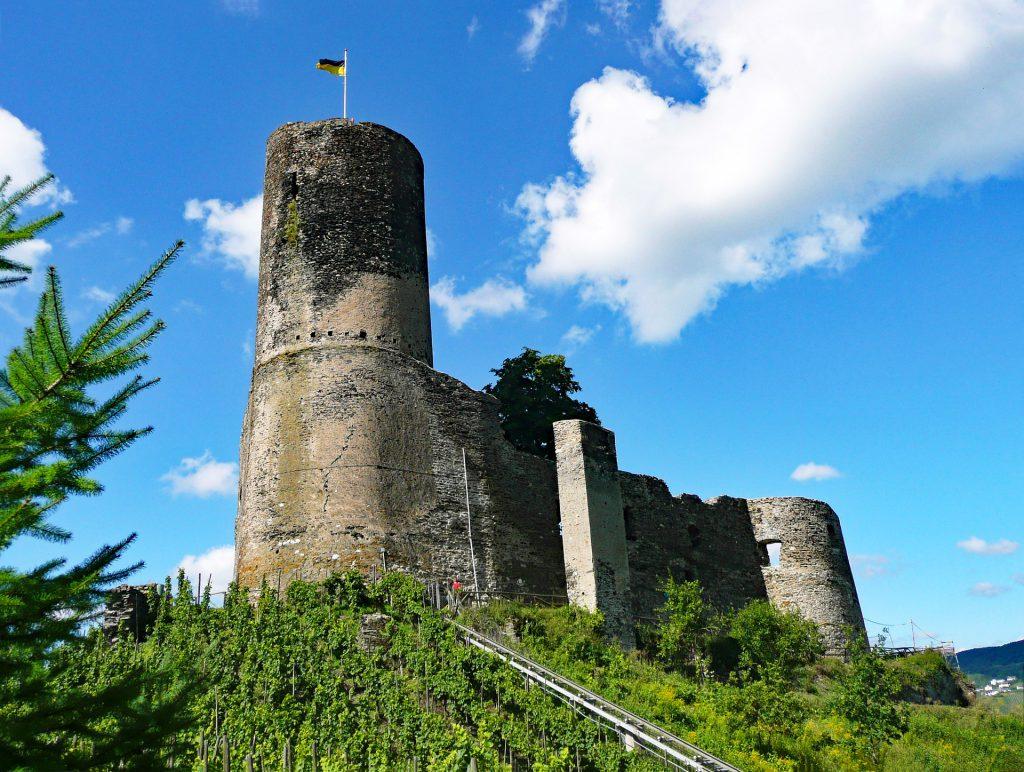 Burg Landshut in den Weinbergen von Bernkastel-Kues