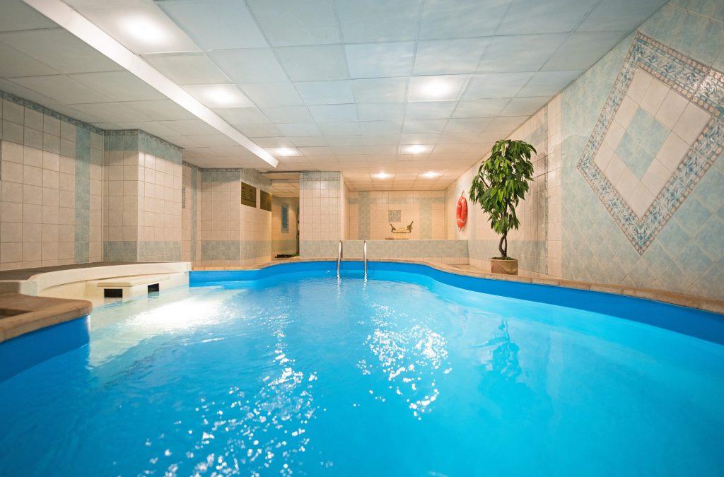 Neben einer Sauna haben die meisten Wellnesshotels in der Eifel auch einen Pool