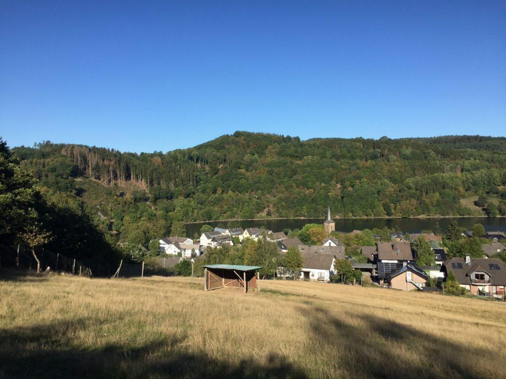 Blick vom Eifelsteig über Ruhrberg